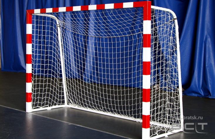 Мужчина умер под футбольными воротами вБратске